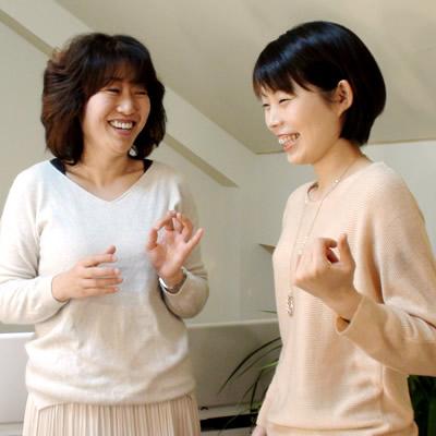 ボイストレーニング指導中の奥村多恵子